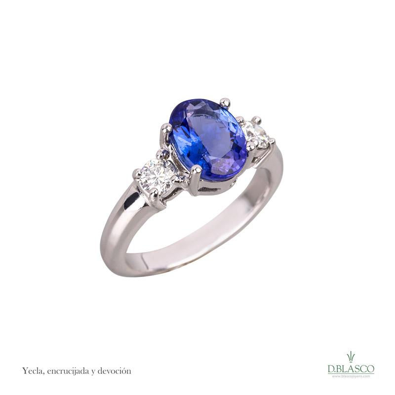 ec44ae412897 Anillo tresillo diamantes talla brillante y Tanzanita talla oval ...